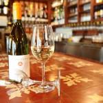 Wein auf dem legendären Fliesentisch