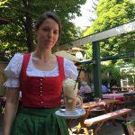 Tina serviert unseren Eiskaffee